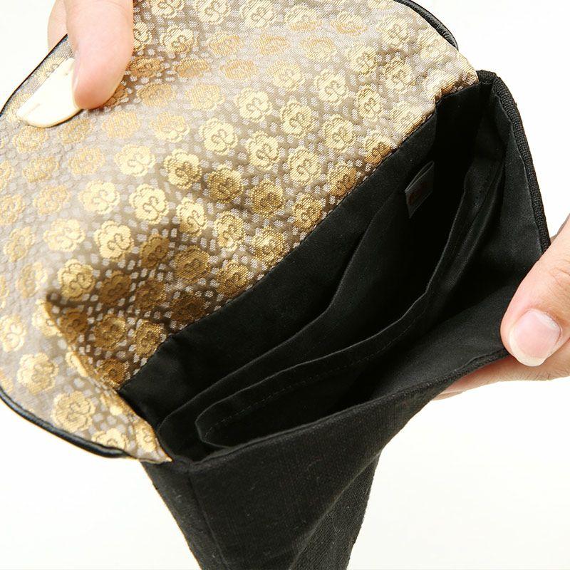 内側には仕切りとポケットがついています